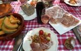 Mesa de picnic en la bodega
